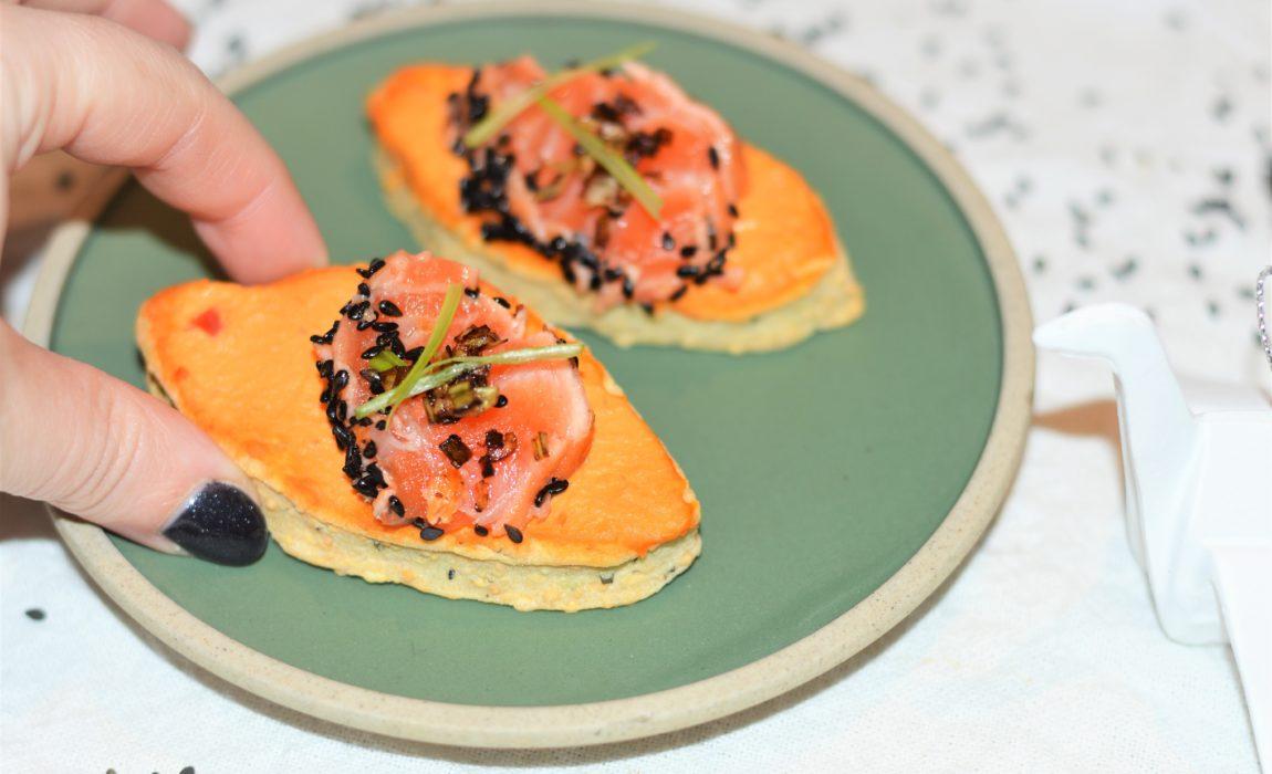 Toasts sablés saumon tataki, houmous rouge et sésame
