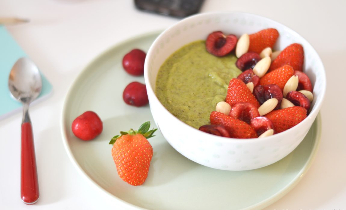 Green Chia Smoothie Bowl – kiwi, épinard, fruits rouges {Bataille Food #57}